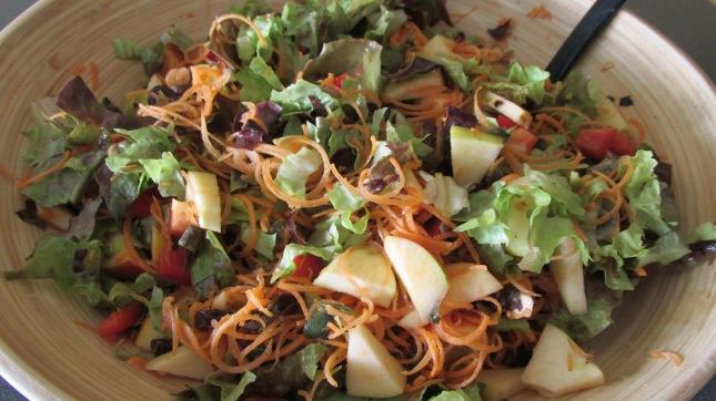 feuille de chène, carotte spiralisée, pommes, raison secs , tomates  (et j'en oublie )
