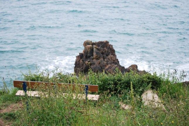 un banc perdu sur e sentier côtier , belle vue reposante