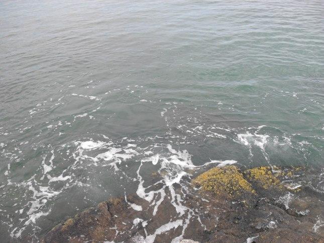 au son des vagues qui frappent les rochers
